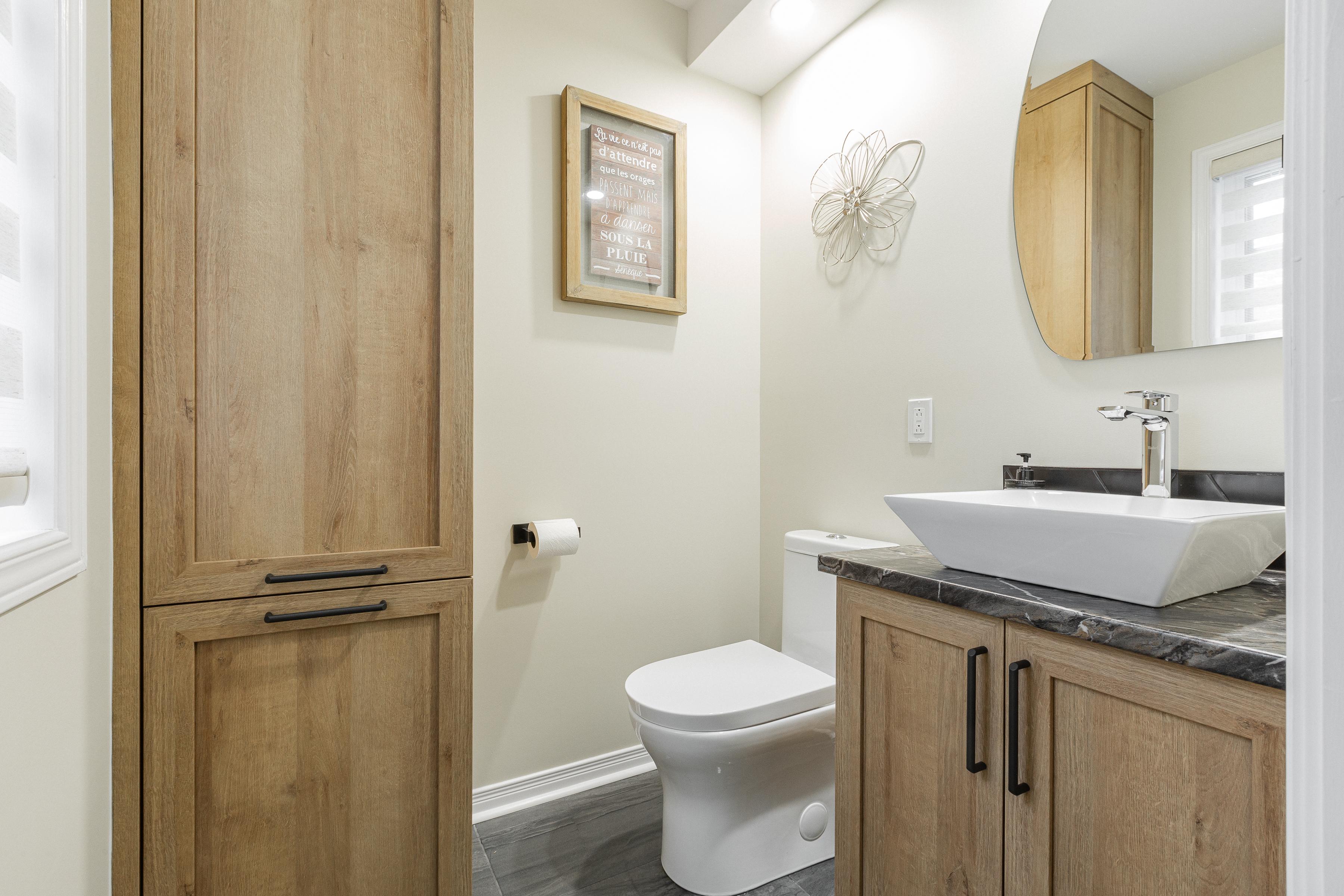 salle d'eau intemporelle avec vanité et lingerie en bois
