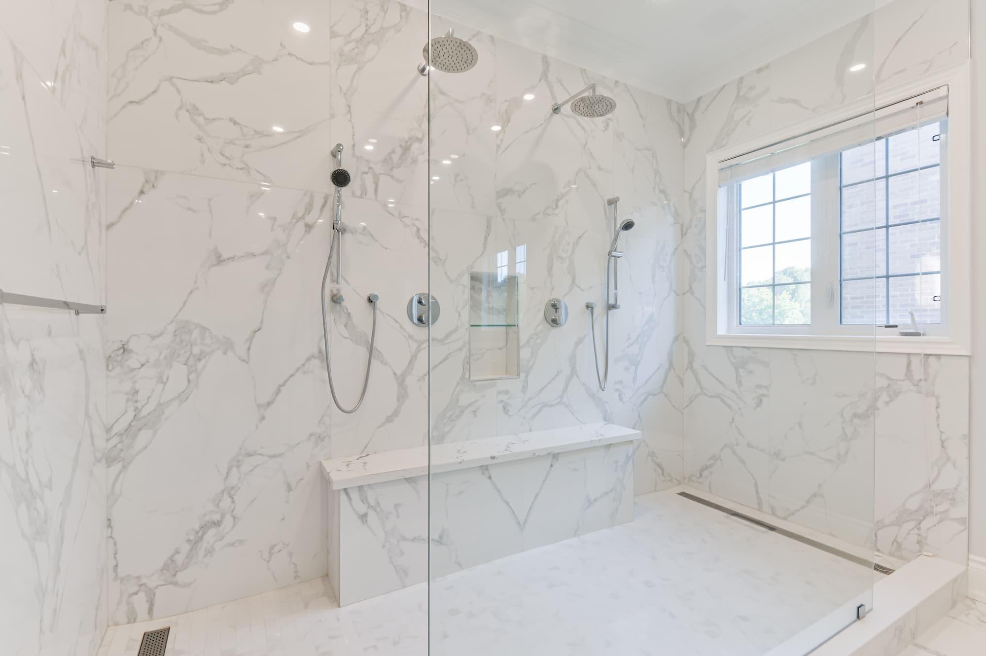 rénovation d'une salle de bain au style classic avec céramique imitation de marbre