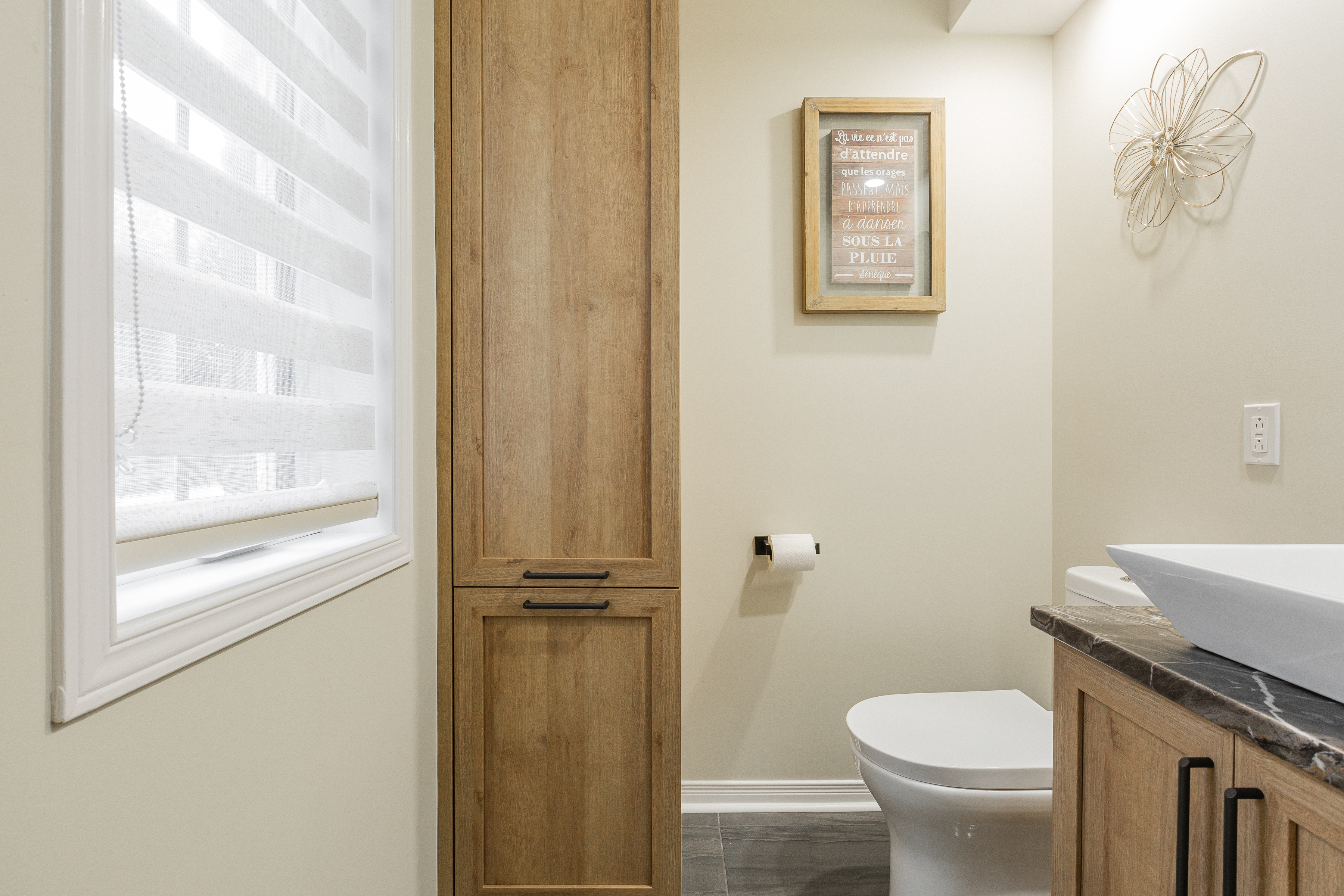 salle d'eau nouvellement rénovée aux couleurs douces renforcé par l'utilisation du bois clair naturel