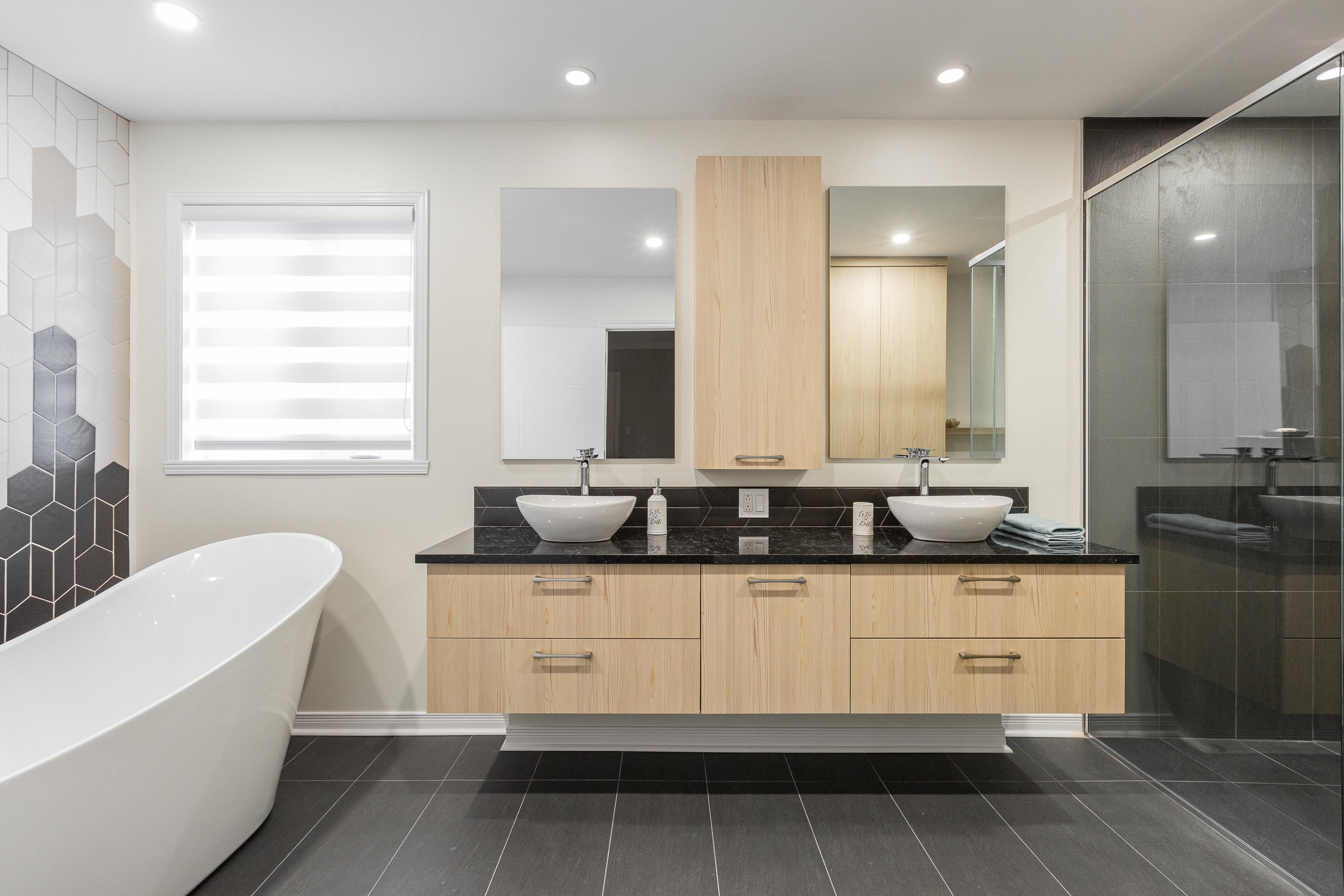 Belle salle de bain spacieuse aux couleurs harmonieuses dans un style très tendance