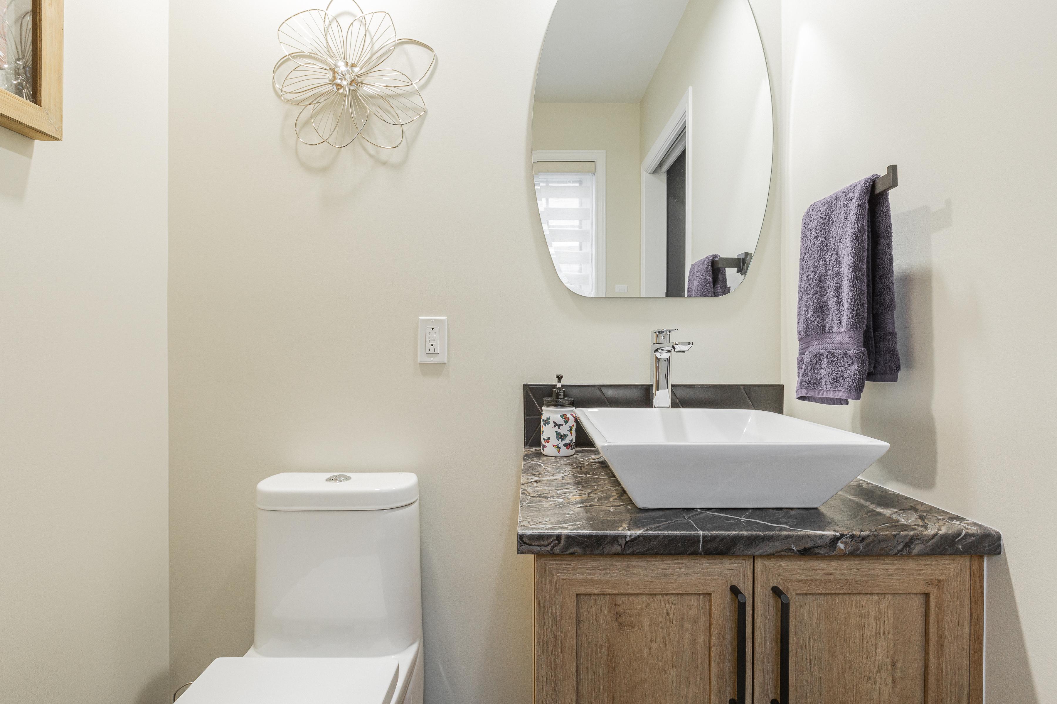 Inspiration pour un petit WC et toilettes design avec petite vanité