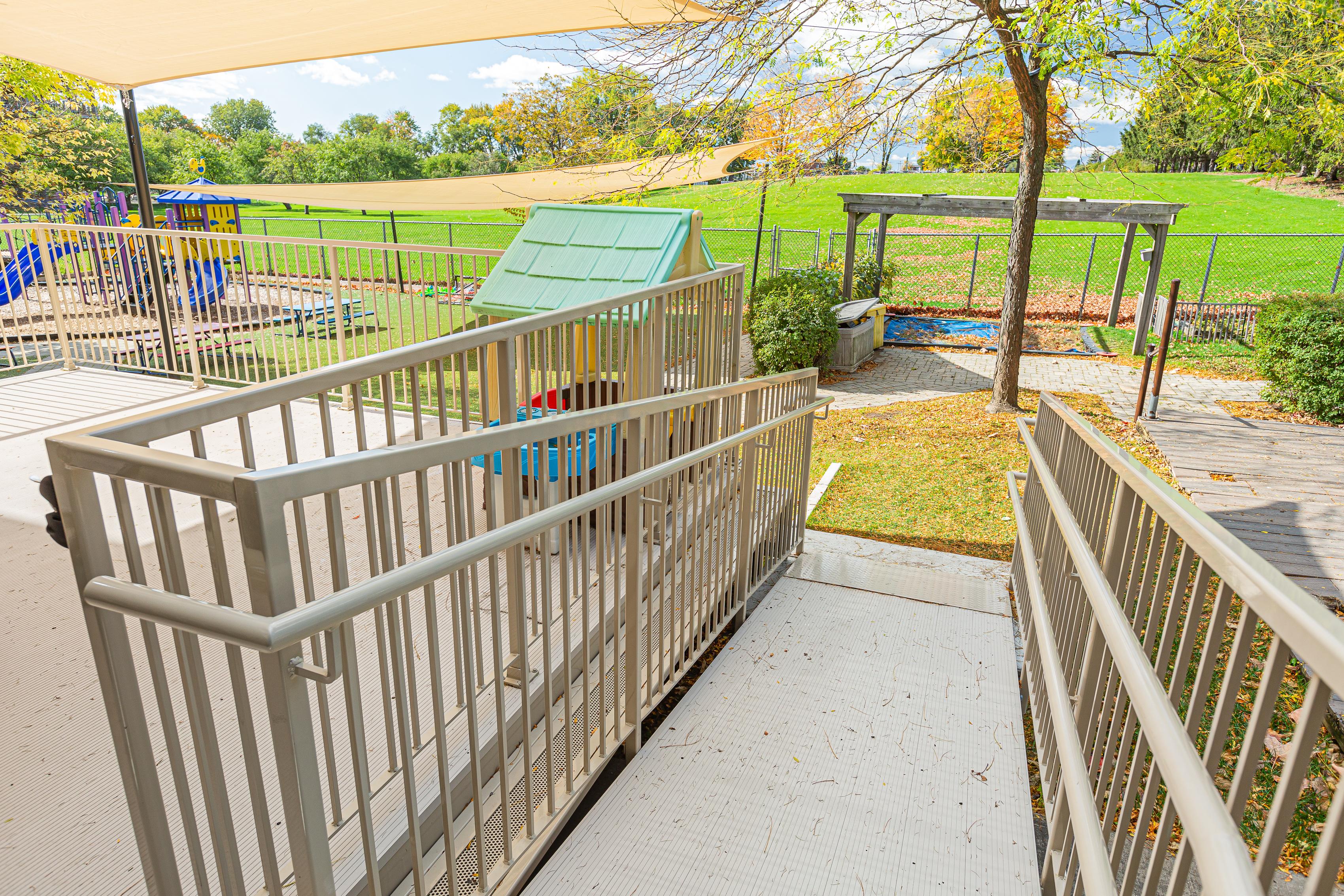 Rampe d'accès en aluminium perforé beige d'une terrasse
