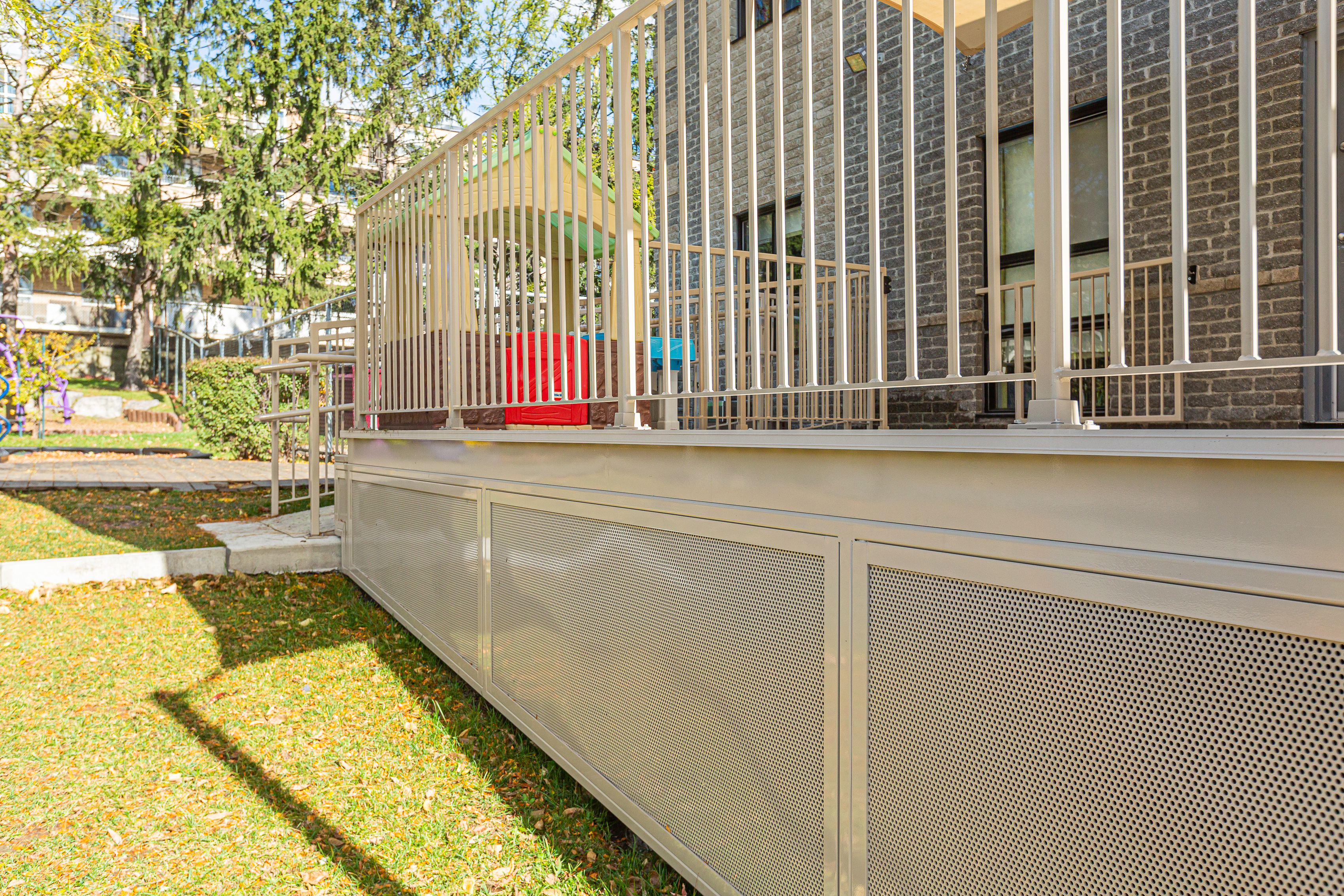 structure d'une terrasse en aluminium beige