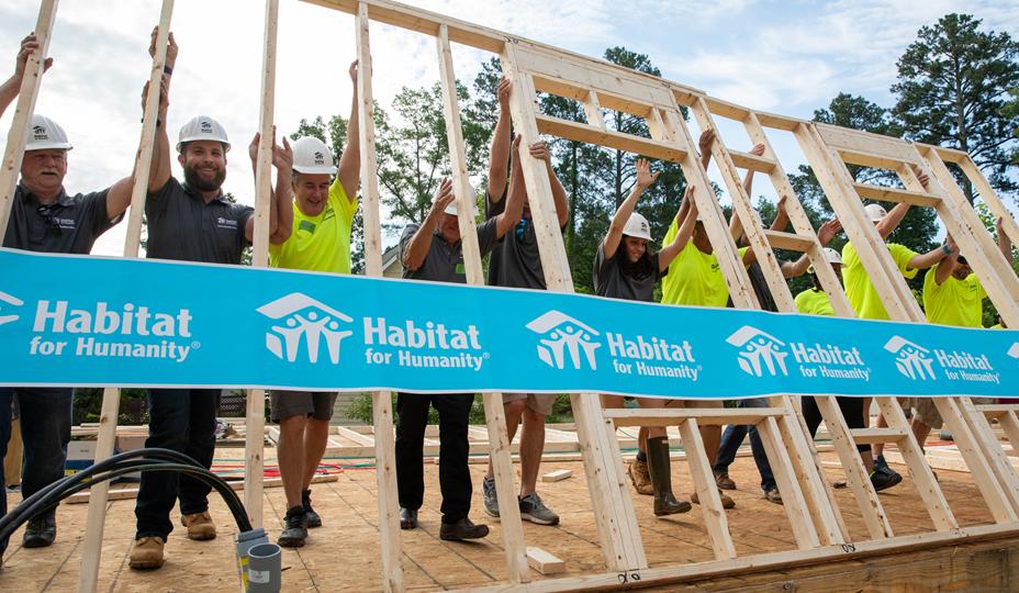 bénévoles pour Habitat pour l'humanité qui aident au chantier