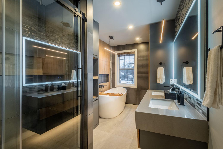 salle de bain moderne aux tons chauds