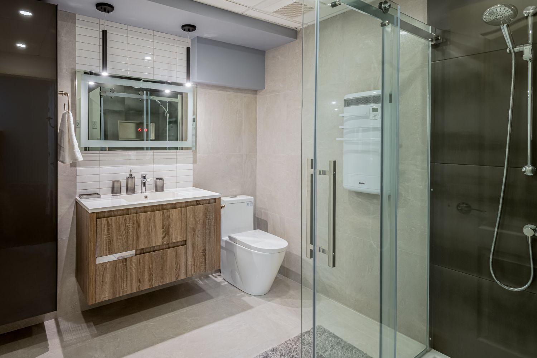 Salle de bain fonctionnelle avec douche vitrée et lavabo autoportant