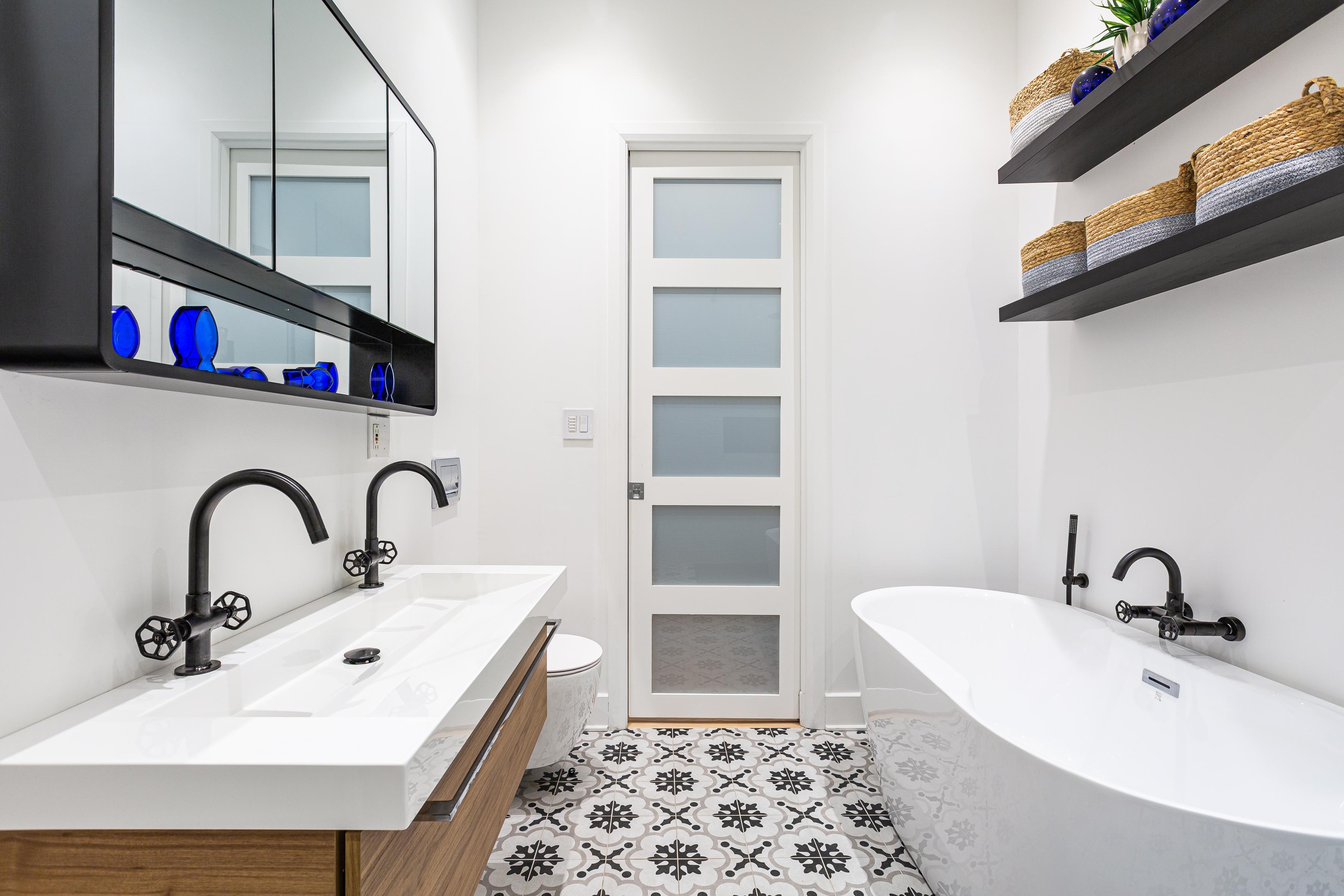 Salle de bain moderne noir et blanche avec tuiles à motifs