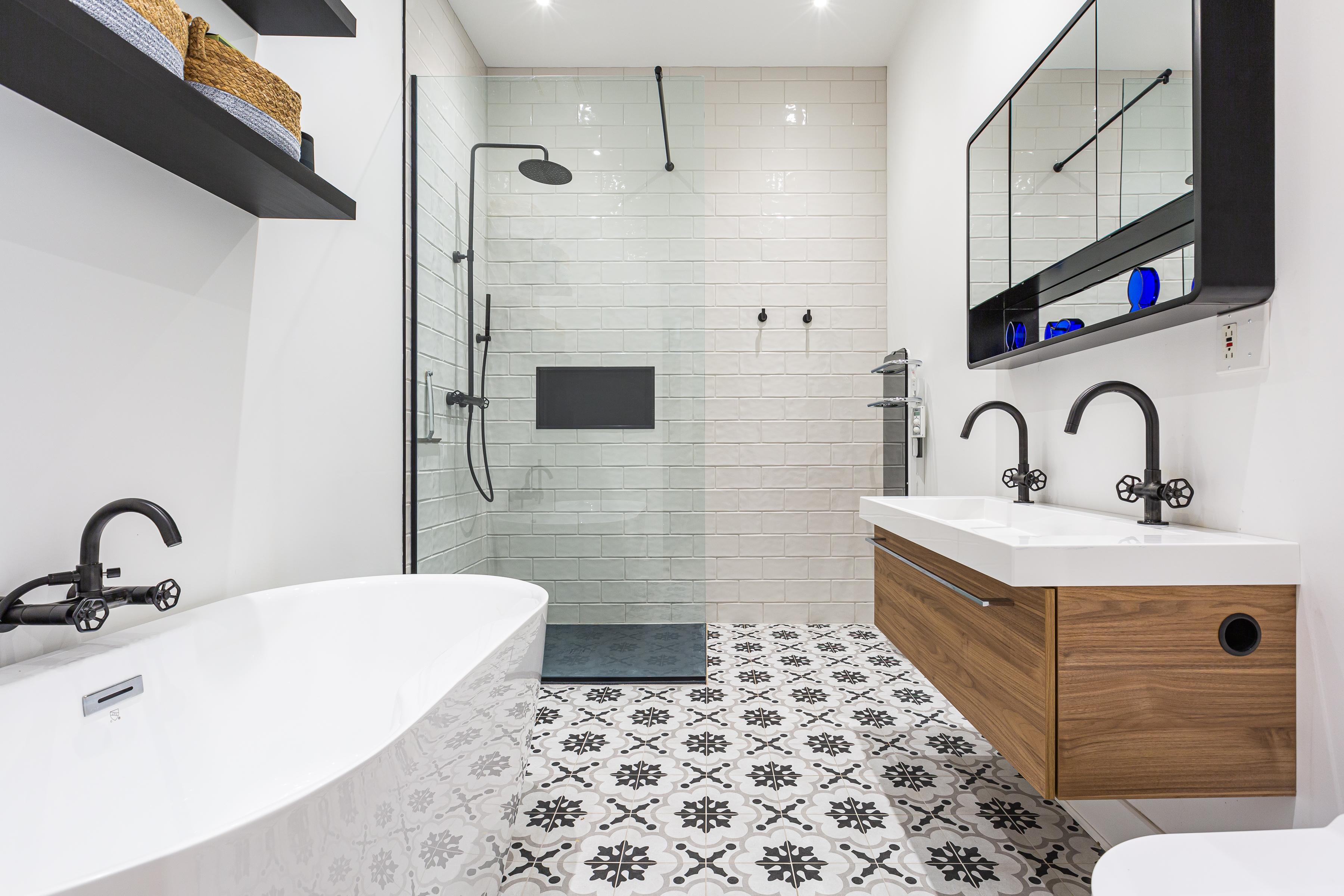 salle de bain moderne avec carrelage à motifs et bain autoportant