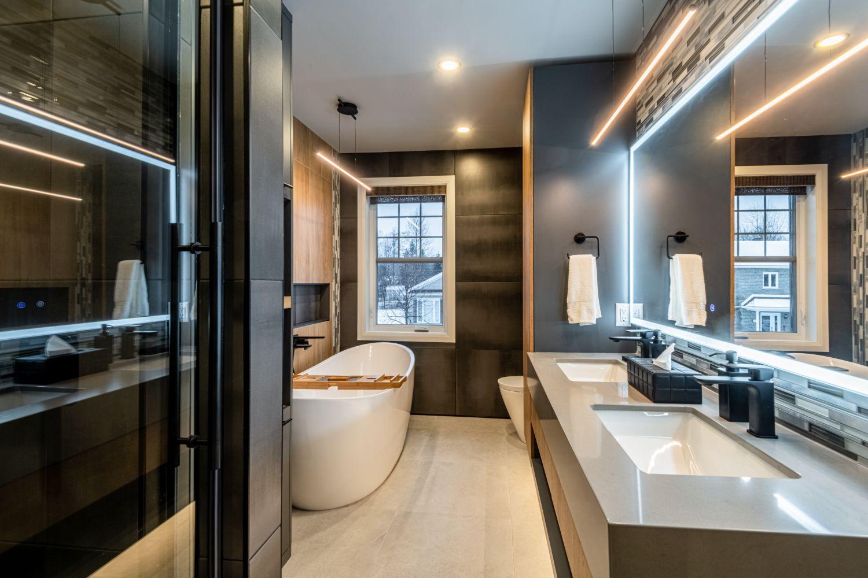 Salle de bain moderne avec douche vitrée et grande baignoire autoportante