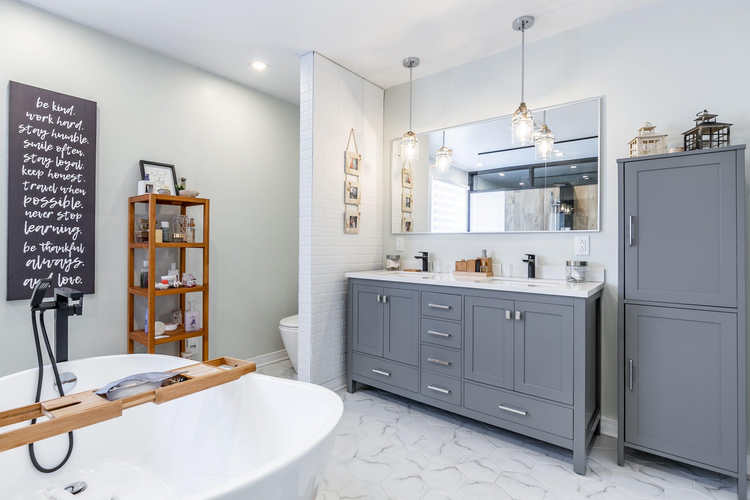 une vanité grise à doubles vasques et ses rangements fonctionnels