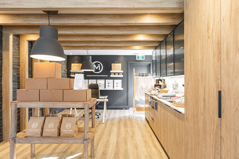 Espace boutique zen avec poutres au plafond et mobilier en bois