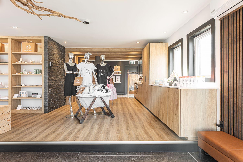 Espace ouvert et zen d'une boutique prénatale avec mobilier en bois naturel