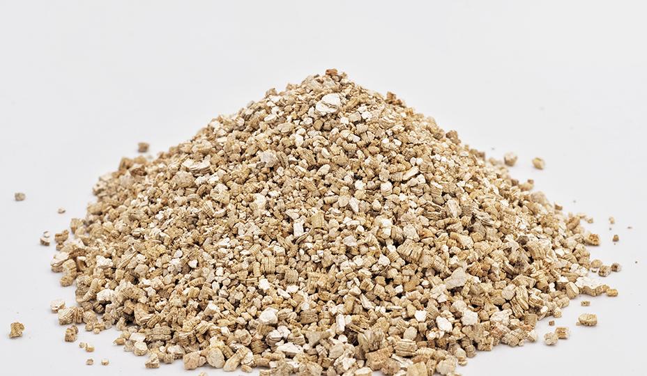 vermiculite en granule sur fond blanc