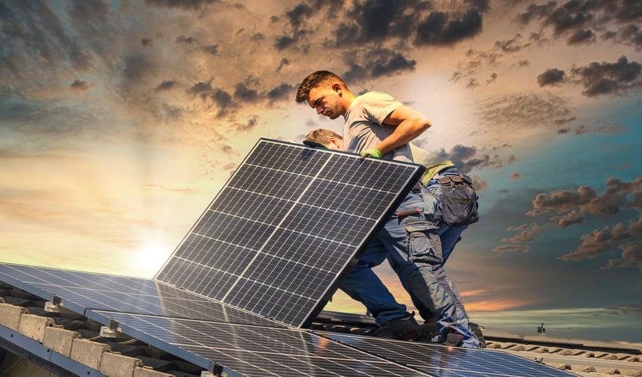 éco-entrepreneur qui installe un panneau solaire