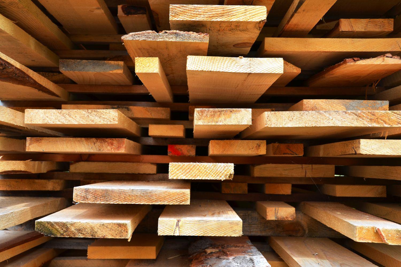 des lattes de bois de constructions empilées
