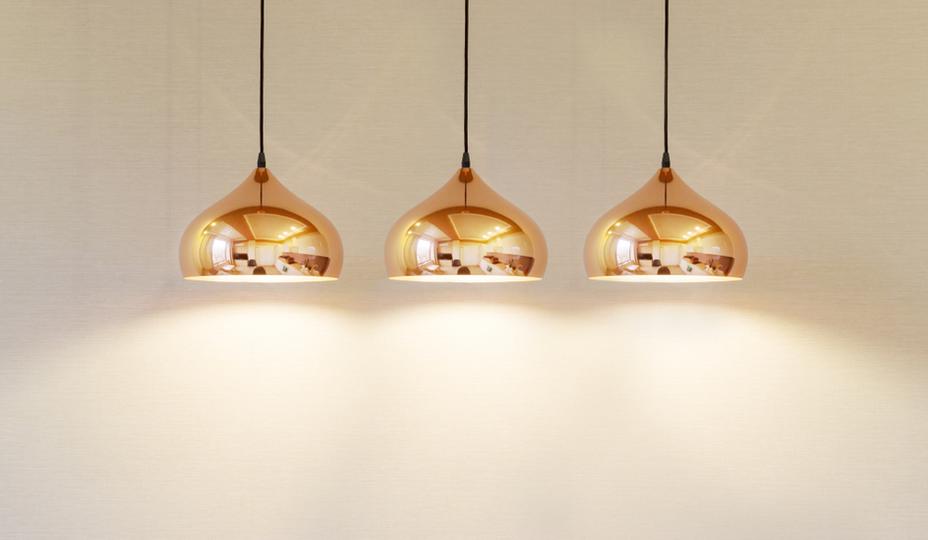 trois luminaires suspendus or avec lumières écoénergétiques