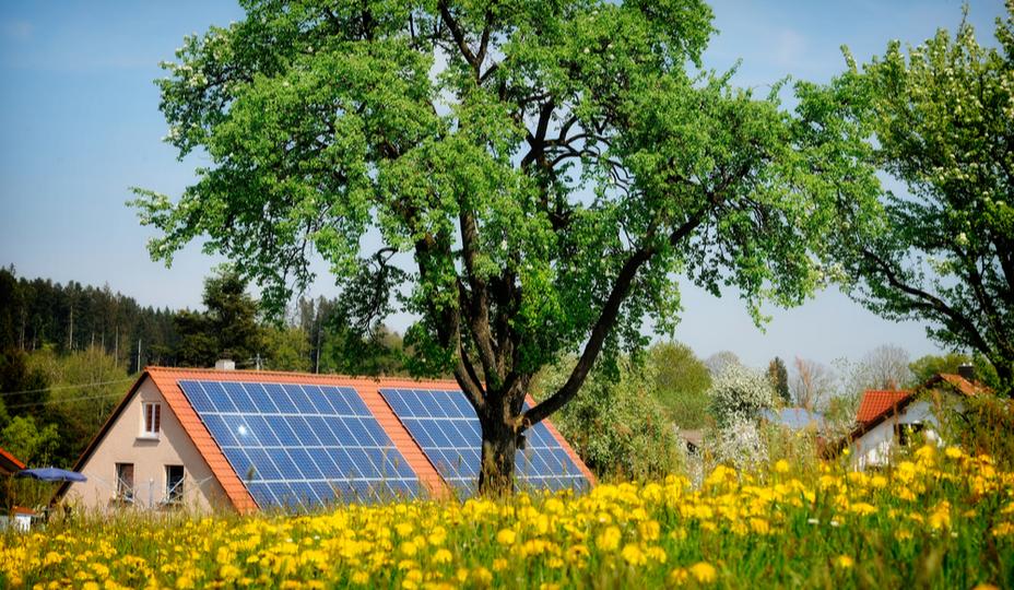 maison verte avec panneaux solaires