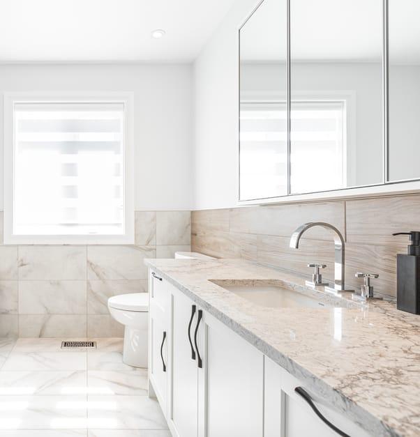 vanite salle de bain couleurs neutre avec poignees de chrome noire